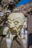CHIANG RAJA TAJLANDIA, LUTY, - 01, 2018: Sculpted kamień przewodzi obwieszenie od drzewa przy Watem Rong Khun Biała świątynia wew Fotografia Royalty Free