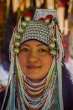CHIANG RAJA TAJLANDIA, LUTY, - 01, 2018: Zakończenie niezidentyfikowana kobieta up należy Karen szyi wzgórza plemienia Długa wios Zdjęcia Stock