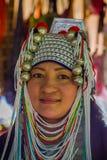 CHIANG RAJA TAJLANDIA, LUTY, - 01, 2018: Zakończenie niezidentyfikowana kobieta up należy Karen szyi wzgórza plemienia Długa wios Zdjęcie Stock