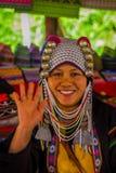 CHIANG RAJA TAJLANDIA, LUTY, - 01, 2018: Zakończenie up niezidentyfikowana kobieta mówi cześć z jej ręką, należy Karen Fotografia Royalty Free