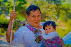 CHIANG RAJA TAJLANDIA, LUTY, - 01, 2018: Zamyka up mężczyzna mienie w jego ręce dziecka w dżungli sanktuarium przy Chiang Mai Obrazy Stock