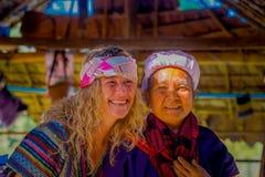 CHIANG RAJA TAJLANDIA, LUTY, - 01, 2018: Zamyka up niezidentyfikowane szczęśliwe kobiety pozuje dla kamery w dżungli sanktuarium Fotografia Royalty Free