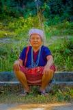 CHIANG RAJA TAJLANDIA, LUTY, - 01, 2018: Zamyka up niezidentyfikowany kobiety obsiadanie w ziemi i pozować dla kamery wewnątrz Obrazy Royalty Free