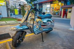 CHIANG RAJA TAJLANDIA, LUTY, - 01, 2018: Zamyka up srebny motocykl parkujący przy outdoors w ulicach Chiang Fotografia Stock