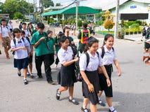 CHIANG RAJA TAJLANDIA, MAJ, - 21, 2017: Azjatycki studencki spaceru krzyż w Zdjęcia Stock