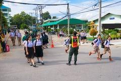 CHIANG RAJA TAJLANDIA, MAJ, - 21, 2017: Azjatycki studencki spaceru krzyż w Fotografia Stock