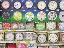 CHIANG RAJA TAJLANDIA, PAŹDZIERNIK, - 28: różnorodny gatunek ścienny zegar Zdjęcie Stock