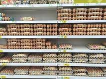 CHIANG RAJA TAJLANDIA, PAŹDZIERNIK, - 28: różnorodny rozmiar jajka w pac Zdjęcie Stock