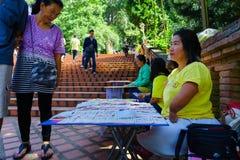 Chiangmai,泰国- 2018年10月13日:泰国人以伤残卖对通过支付的人民的彩票 库存图片