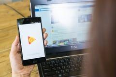 CHIANGMAI,泰国- 2016年8月03日, A拿着屏幕的人手 免版税库存图片