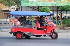CHIANGMAI,泰国- 2014年10月20日:一未认出的红色Tuk tuk出租汽车chiangmai,服务在城市和 在新的Chia的照片 库存图片