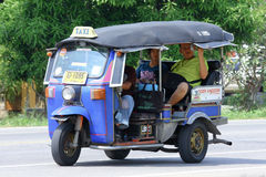 CHIANGMAI,泰国- 2014年10月20日:一未认出的红色Tuk tuk出租汽车chiangmai,服务在城市和 在新的Chia的照片 免版税库存照片
