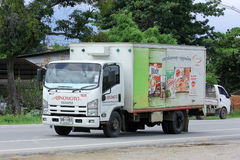 CHIANGMAI,泰国- 2014年10月6日:Ajinomoto销售泰国公司容器卡车  在路从下来的没有的照片121大约8 km 免版税库存图片