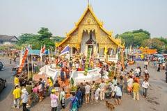 CHIANGMAI,泰国- 4月13 :对菩萨Phra辛哈寺庙的Phra辛哈的人倾吐的水在4月13日的Songkran节日 免版税库存照片