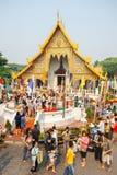 CHIANGMAI,泰国- 4月13 :对菩萨Phra辛哈寺庙的Phra辛哈的人倾吐的水在4月13日的Songkran节日 库存照片