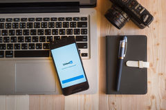 CHIANGMAI, ΤΑΪΛΑΝΔΗ - 12 ΜΑΡΤΊΟΥ 2016: Έξυπνο τηλέφωνο που επιδεικνύει τη Lin Στοκ φωτογραφία με δικαίωμα ελεύθερης χρήσης