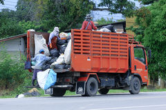 CHIANGMAI, ΤΑΪΛΑΝΔΗ - 6 ΟΚΤΩΒΡΊΟΥ 2014: Φορτηγό απορριμάτων της διοικητικής οργάνωσης Nongjom Subdistrict Φωτογραφία στο δρόμο αρ Στοκ εικόνες με δικαίωμα ελεύθερης χρήσης