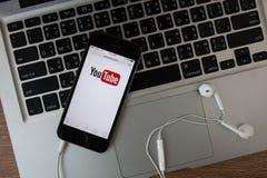 CHIANGMAI, ΤΑΪΛΑΝΔΗ - 16 ΦΕΒΡΟΥΑΡΊΟΥ 2015: Εικονίδιο Youtube στη Apple IP Στοκ Εικόνα