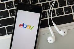 CHIANGMAI, ТАИЛАНД - 17-ОЕ ФЕВРАЛЯ 2015: iPad раскрытое к домашней странице Ebay Стоковое Изображение RF