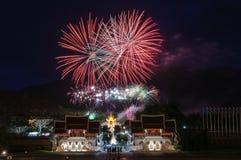 CHIANGMAI, ТАИЛАНД 12-ое августа: Церемония ферзя Sirikit фейерверка Стоковые Изображения