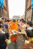 CHIANGMAI - 2008年4月13日:Songkran节日,人们在一个和尚的施舍投入了食物奉献物为美德滚保龄球在Tha Phae gat 免版税库存图片
