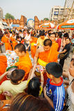 CHIANGMAI - 2008年4月13日:Songkran节日,人们在一个和尚的施舍投入了食物奉献物为美德滚保龄球在Tha Phae gat 图库摄影