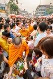 CHIANGMAI - 13 APRIL, 2008: Songkranfestival, Mensen gezet voedseldienstenaanbod in de de aalmoeskom van een Boeddhistische monni Royalty-vrije Stock Fotografie