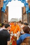 CHIANGMAI - 13 APRILE 2008: Il festival di Songkran, la gente ha messo le offerti dell'alimento nelle elemosine di un monaco budd Immagine Stock