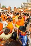 CHIANGMAI - 13 APRILE 2008: Il festival di Songkran, la gente ha messo le offerti dell'alimento nelle elemosine di un monaco budd Fotografia Stock