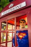 CHIANGMAI - 14 DE JUNIO: Superhombre en cabina de teléfonos del vintage en el commun Imagenes de archivo