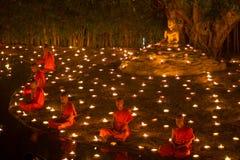 CHIANGMAI, TAILÂNDIA - 25 DE FEVEREIRO: Medi tailandês não identificado das monges Fotos de Stock