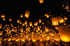 CHIANGMAI, TAILÂNDIA - 24 DE NOVEMBRO: Lâmpada de flutuação dos povos tailandeses Não Foto de Stock