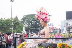 CHIANGMAI, TAILÂNDIA - 3 DE FEVEREIRO: Mulheres bonitas na parada no anuário 42th Chiang Mai Flower Festival, o 3 de fevereiro de Fotos de Stock