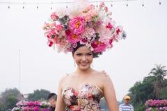CHIANGMAI, TAILÂNDIA - 3 DE FEVEREIRO: Mulheres bonitas na parada no anuário 42th Chiang Mai Flower Festival, o 3 de fevereiro de Foto de Stock