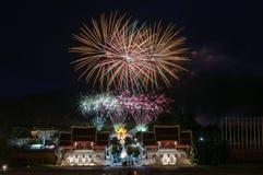 CHIANGMAI, TAILANDIA 12 de agosto: Ceremonia de la reina Sirikit del fuego artificial Imagenes de archivo