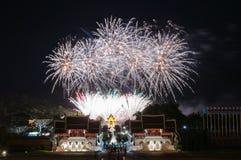 CHIANGMAI, TAILANDIA 12 de agosto: Ceremonia de la reina Sirikit del fuego artificial Imagen de archivo libre de regalías