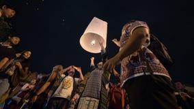 CHIANGMAI, TAILANDIA - 31 DE DICIEMBRE: Lámpara flotante de la gente en el Año Nuevo c Imagen de archivo