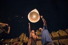 CHIANGMAI, TAILANDIA - 31 DE DICIEMBRE: Lámpara flotante de la gente en el Año Nuevo c Fotos de archivo libres de regalías