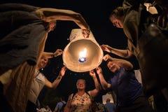 CHIANGMAI, TAILANDIA - 31 DE DICIEMBRE: Lámpara flotante de la gente en el Año Nuevo c Foto de archivo libre de regalías