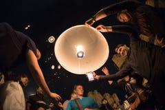 CHIANGMAI, TAILANDIA - 31 DE DICIEMBRE: Lámpara flotante de la gente en el Año Nuevo c Fotografía de archivo