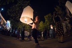 CHIANGMAI, TAILANDIA - 31 DE DICIEMBRE: Lámpara flotante de la gente en el Año Nuevo c Imágenes de archivo libres de regalías