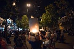 CHIANGMAI, TAILANDIA - 31 DE DICIEMBRE: Lámpara flotante de la gente en el Año Nuevo c Imagen de archivo libre de regalías