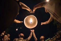 CHIANGMAI, TAILANDIA - 31 DE DICIEMBRE: Lámpara flotante de la gente en el Año Nuevo c Fotografía de archivo libre de regalías