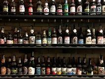 CHIANGMAI, TAILANDIA - 3 DE ENERO DE 2019: Decoración mundial de la botella de cerveza de la marca en estante delante de la pared imagen de archivo