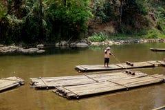 Chiangmai, Tailandia - 31 de marzo de 2016: Bambú que transporta en balsa en selva al norte del AMI de Chaing Fotografía de archivo