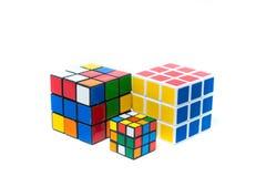 Chiangmai, Tailandia - 14 de marzo de 2015: El cubo de Rubik en vagos blancos Foto de archivo libre de regalías