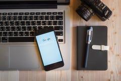 CHIANGMAI, TAILANDIA - 12 DE MARZO DE 2016: Teléfono elegante que exhibe sustancia pegajosa Imagen de archivo