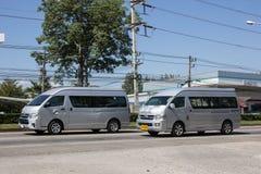 Chiangmai, Tailandia - 5 de noviembre de 2018: Furgoneta privada del viajero de Toyota Foto en el camino ningún 121 cerca de 8 ki imagen de archivo libre de regalías