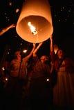 CHIANGMAI, TAILANDIA - 16 DE NOVIEMBRE: Lámpara flotante de la gente tailandesa No Imagenes de archivo