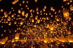 CHIANGMAI, TAILANDIA - 24 DE NOVIEMBRE: Lámpara flotante de la gente tailandesa No Foto de archivo libre de regalías
